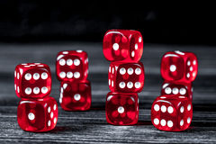 概念运气-把赌博在黑暗的木背景切成小方块 免版税库存照片
