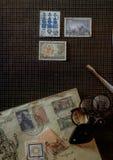 概念集邮邮票在书桌上的收藏家工具 库存图片