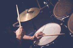 概念鼓手打鼓演奏岩石的音乐 免版税图库摄影