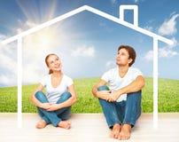 概念:住房和抵押年轻家庭的 作梦家的夫妇 库存照片