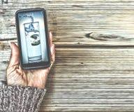 概念:健康生活方式,饮食,秀丽 在一名妇女的一个智能手机有一杯的图片的在显示的净水 库存图片