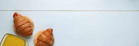 概念:健康食物,健康早餐顶视图 橙汁和新月形面包 在匙子的一个干早餐 库存图片