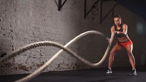 概念:力量,力量,健康生活方式,体育 强有力的有吸引力的肌肉妇女十字架适合的教练员作战 影视素材
