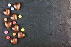 概念:巧克力和爱,浪漫,巧克力心脏,庆祝,华伦泰,顶视图,拷贝空间 免版税库存图片