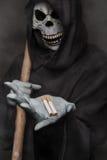 概念:抽烟的杀害 拿着香烟的死亡天使 图库摄影