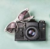 概念:旅行,假期,活跃休闲,海远航 古老照相机、太阳镜、老指南针和海星在一蓝色backgro 免版税库存图片