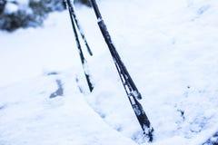 概念-一辆汽车的特写镜头在雪的 免版税库存照片