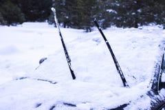 概念-一辆汽车的特写镜头在雪的 免版税图库摄影