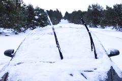 概念-一辆汽车的特写镜头在雪的 库存照片