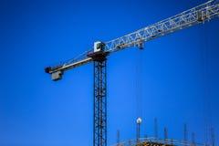 概念建筑手指金子安置关键字 一个新的大厦建设中反对天空 背景看板卡祝贺邀请 新的都市城市 机械 库存照片