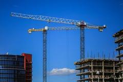 概念建筑手指金子安置关键字 一个新的大厦建设中反对天空 背景看板卡祝贺邀请 新的都市城市 机械 库存图片
