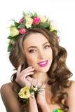概念绿色春天妇女黄色 有花的女孩 美好的模型,花圈 免版税库存照片