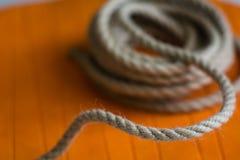 概略的绳索卷以橙色圈子为背景的 免版税库存照片