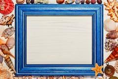 概略的被绘的照片框架和海壳 图库摄影