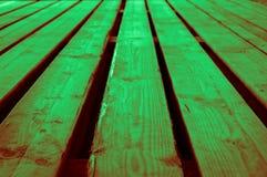 概略的轻的深绿带红色绿色木舞台背景 库存照片