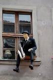 概略窗口萨克斯管吹奏者 免版税库存图片