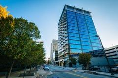 榆木街道和大厦在街市格林斯博罗,北卡罗来纳 免版税库存照片