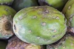 榕属印度仙人掌的果子,仙人掌果子(金枪鱼)在一个市场在秘鲁,自然神色,宏指令的关闭上 图库摄影