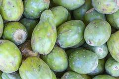 榕属印度仙人掌的果子,仙人掌果子(金枪鱼)在一个市场在秘鲁,自然神色,宏指令的关闭上 免版税库存图片