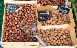 榛子和山核桃果在木箱子,待售在市场上 秋天果子 图库摄影