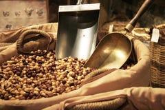 榛子篮子在食家市场上的 免版税库存照片