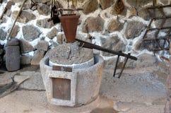 榨油压榨机磨石古老橄榄油产品机械、石磨房和机械新闻的古老零件在分类被找到 免版税库存照片