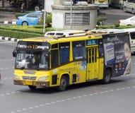 12槐Khwang -商业部路黄色公共汽车汽车 免版税图库摄影