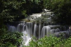 槐Mae Kamin瀑布的主要水平在北碧府,泰国 免版税库存图片