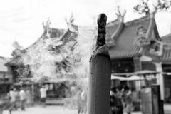 槟榔岛,马来西亚, 2017年12月19日:烧在寺庙的巨型香 库存照片