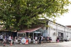 槟榔岛,马来西亚- 2015年12月13日:排队在路的未认出的访客支持服务在著名老食物店在槟榔岛 免版税图库摄影