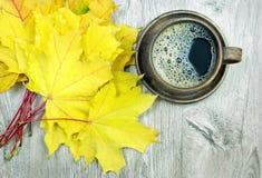 槭树和一杯咖啡黄色秋天叶子  库存图片