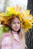 槭树花圈的女孩 库存图片
