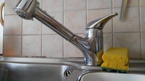 水槽和海绵在厨房里 库存图片
