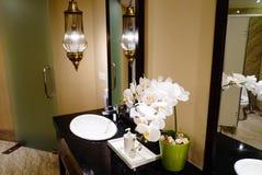 水槽和装饰花在卫生间里 库存照片