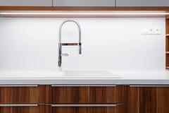 水槽和轻拍细节在厨房里 库存照片