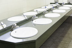 水槽在一个公开卫生间里 库存图片