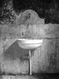水槽在一个老腐朽的卫生间里 免版税库存照片