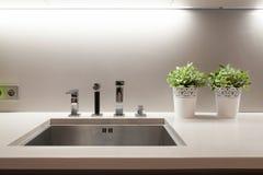水槽在厨房里 免版税库存图片