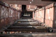 槽坊老被放弃的金属 免版税库存图片