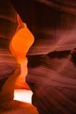 槽孔(羚羊)峡谷:烛光焰弯曲的岩石F 免版税图库摄影