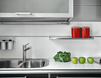 水槽细节在一个现代厨房里 库存图片
