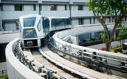 樟宜机场高架旅客运送车 库存照片