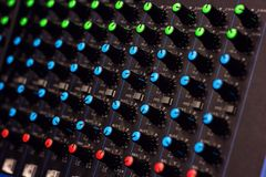 模件合成器五颜六色的按钮音频搅拌器,音乐设备 录音室齿轮,广播工具,搅拌器,合成器 免版税图库摄影