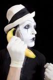 模仿在拿着在他的现有量的空白帽子一个香蕉 库存照片