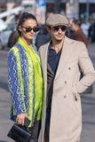 模型佩带一件花梢Python外套和她的伙伴一件米黄外套和贝雷帽 库存照片