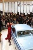 模型和一辆GM汽车在自动上海2013年 免版税库存照片