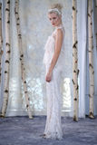 模型在伊丽莎白菲尔莫尔秋天/冬天2016年女装设计新娘收藏时走跑道 库存照片