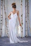 模型在伊丽莎白菲尔莫尔秋天/冬天2016年女装设计新娘收藏时走跑道 免版税库存照片
