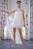 模型在伊丽莎白菲尔莫尔秋天/冬天2016年女装设计新娘收藏时走跑道 免版税库存图片