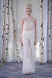 模型在伊丽莎白菲尔莫尔秋天/冬天2016年女装设计新娘收藏时走跑道 免版税图库摄影